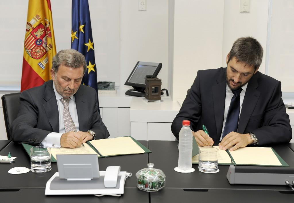 El presidente de Adif, Antonio González Marín, y Francisco Paños Mangrané, de Tria Railway, firmando el acuerdo. Foto: Adif.
