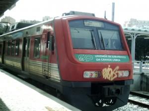 Unidad de la serie 2400 de la línea de Sintra de CP en la estación de Rossio. Foto: Ivo Emanuel Gonçalves.