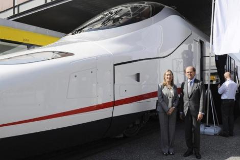 La Ministra de Fomento y el Presidente de Talgo junto al prototipo del Avril, uno de los posibles nuevos trenes AVE. Foto: EFE.