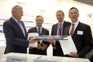 Representantes de Alstom, FS y Netinera presentando la maqueta del tren en InnoTrans. Foto: Alstom.