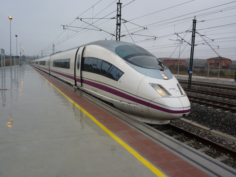 103-016 estacionado en Figueres-Vilafant tras haber realizado el primer AVE a Gerona desde Madrid. Foto: Miguel Bustos.