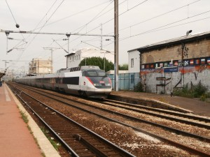 TGV Sud Est número 23 de la SNCF en Saint Denis luciendo la nueva librea Carmillon. Foto: Mounir91.