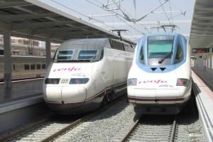 El 100-007, tren inaugural del AVE de Alicante y el 112-004 en la nueva estación.