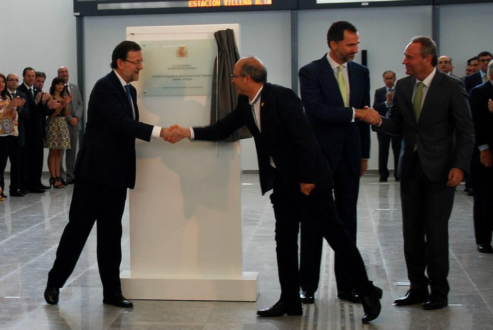 El Presidente del Gobierno y el Alcalde de Villena se saludan frente a la placa conmemorativa, a la vez que el Príncipe de Asturias y el Presidente de la Comunidad Valenciana.