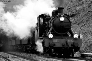 """La locomotora 140-2054 """"Guadix"""" por Ezkerekotxa camino de Alsasua con los coches Costa. Foto: Alberto de Juan."""