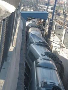 El 103 descarrilado en el túnel de lavado. Foto sacada de Twitter.