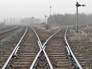En esta foto, realizada por David Ingham en la estaciónn Caastleton East Juntion, se pueden observar los elementos básicos que forman un ferrocarrril y las traviesas que mantienen el ancho de vía.