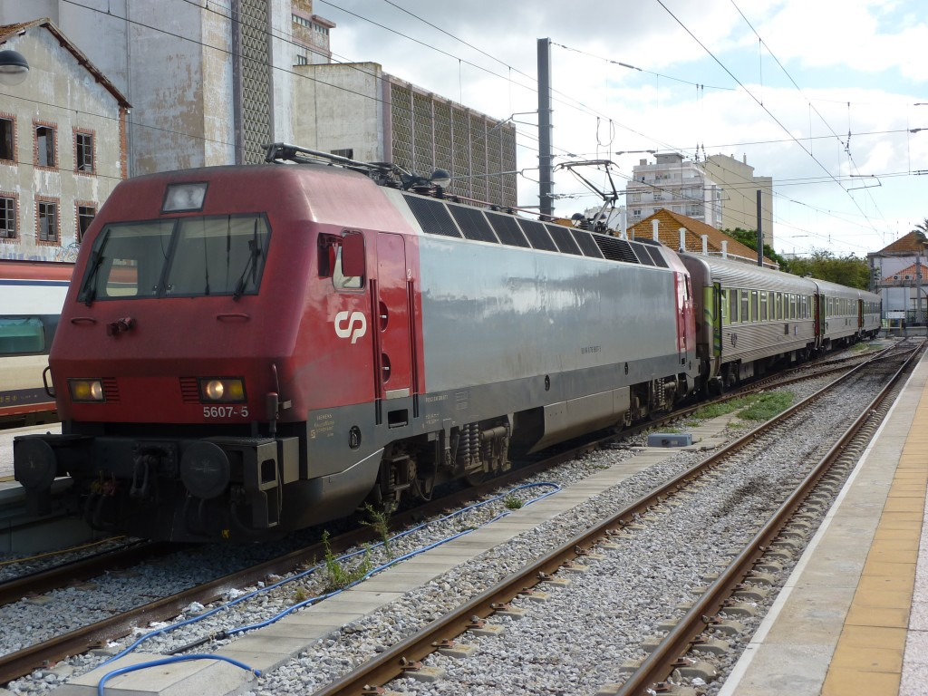 Locomotora 5607 de CP con un Intercidades en la estación de Faro. Foto: Miguel Bustos.