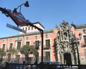 Vista de la salida de Metro Tribunal y del Museo Municipal de Madrid