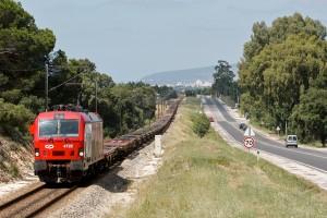 Las vías del tren y las carreteras podrían pertenecer a una misma empresa. Foto: Nuno Morão.