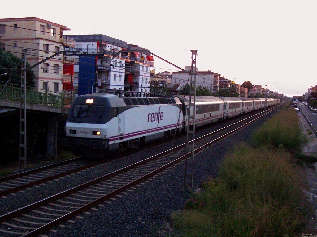Tren Arco, de mejores prestaciones que muchos trenes europeos de larga distancia (y similares al AVE), con destinoo Barcelona en Segur de Calafell. Foto: Carlos Escribano.