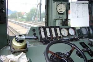 Cabina con volante de una BDe 4/4 suiza. Foto: Kecko.