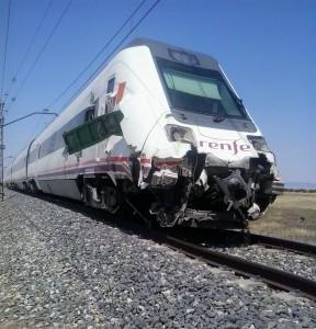 El Intercity de la serie 598 tras chocar contra el tractor. Foto: Alberto de Juan.