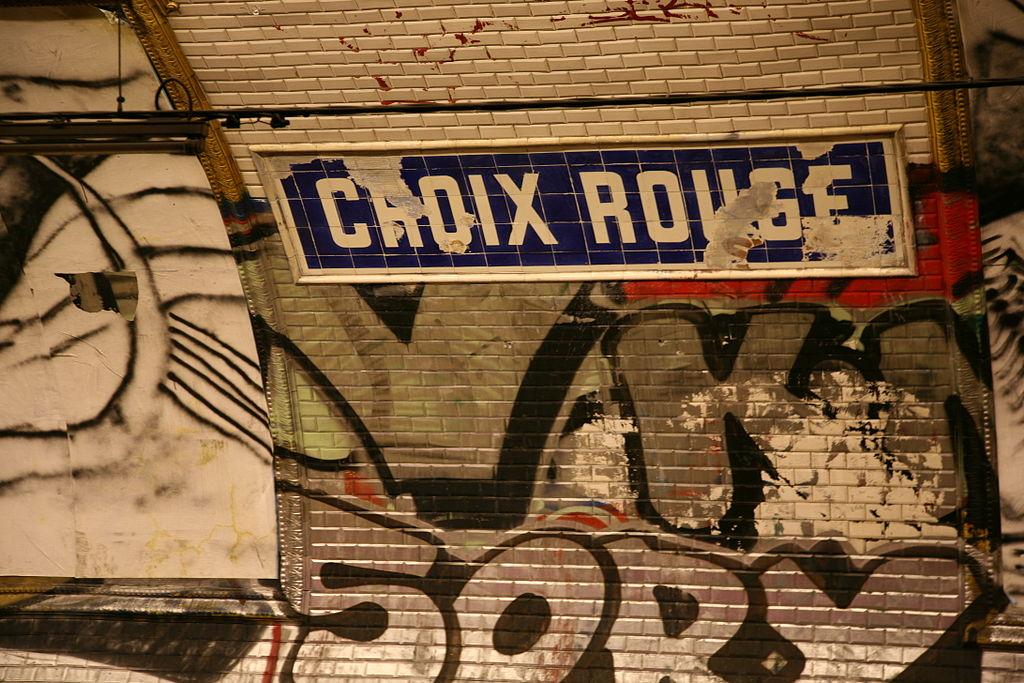 Interior de la estación fantasma del metro de París Croix Rouge.