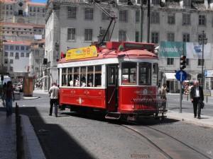 Nuevo tranvía turístico en el centro de Lisboa.