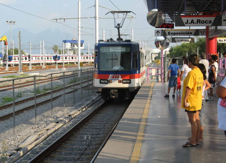Tren de Metrorrey fabricado por Bombardier y similar a los de CAF, en la estación Talleres de la línea 1. Foto: Omaaar.