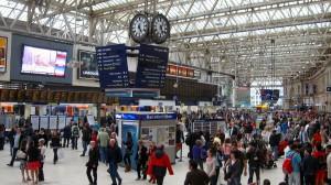 El tren británico está especialmente saturado en los servicios que conectan Londres desde alguna de sus estaciones. La de la imagen es Waterloo.