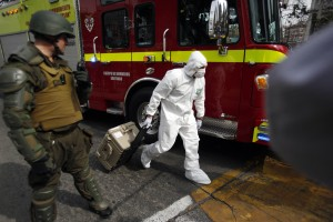 Un experto forense de la policía llega al lugar donde explosionó el artefacto, junto a una estacción de metro de Santiago de Chile.© (AP foto/ Luis Hidalgo).