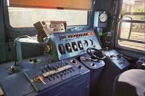 Interior de una cabina en la que se puede apreciar el sistema Tren-Tierra (aparato negro sobre el pupitre)