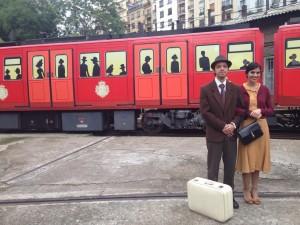 El vehículo que los señores del metro de Madrid tratan de histórico, junto a personajes vestidos de época. Foto vía Twitter hecha por @IGVelayos