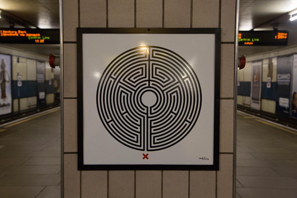 Con motivo del 150º aniversario del metro de Londres, el artista Mark Wallinger ha enriquecido la edición de Art on the Underground con una serie de carteles laberínticos