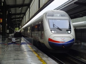 Uno de los trenes empleados en las conexiones de alta velocidad de Turquía.Foto: B'Tian Denizcan P. Dorsam