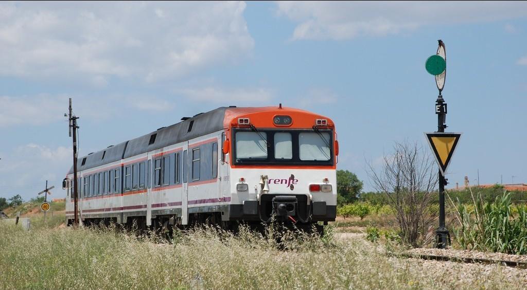 """El 592-201 """"Atómico"""" junto a una señal mecánica  compuesta avanzada en anuncio de precaución junto a la estación de Utiel. Foto: Sergio Moreno."""