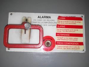 Uno de los aparatos de alarma más clásicos y conocidos es el de empuñadura, en este caso uno correspondiente a un coche 9600. Foto: Miguel Bustos.