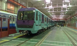 Imagen de uno de los nuevos trenes del metro de Moscú, que por su estructurá impedirá la práctica del train surfing. Foto: metro-photo.ru