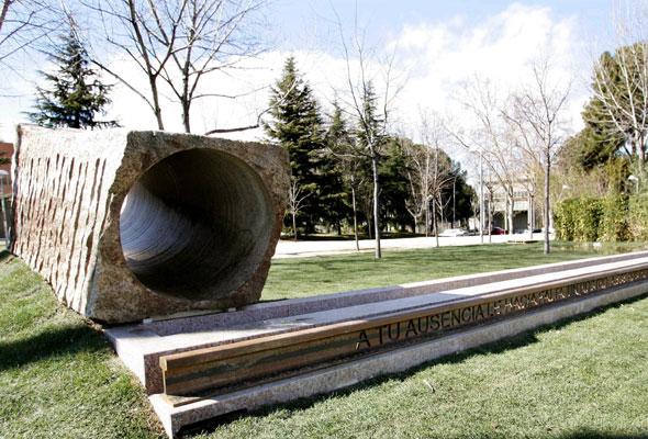"""Este monumento en memoria de las víctimas del 11-M en Ciudad Universitaria reza """"A tu ausencia le hacía falta un rostro; a tu rostro, probablemente un destino..."""". Foto: 20minutos."""