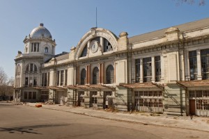 Fachada exterior de la abandonada estación de Príncipe Pío (antigua estación del Norte). Foto: Kadellar.