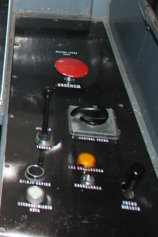 En este panel de freno de una locomotora de la serie 319 se aprecian los distintos tipos de freno de los que dispone, destacando la seta roja de urgencia.