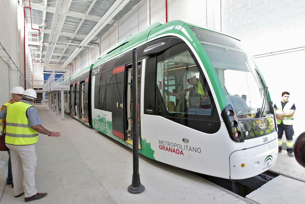 Imagen de uno de los trenes del metro de Granada. Foto: González Molero vía Las próximas décadas.