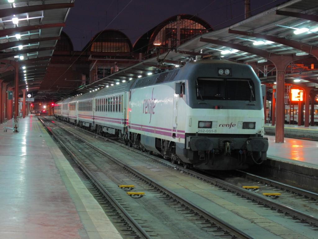 El tren Estrella Costa Brava estacionado en Madrid-Chamartín. Foto: Andrés Gómez.