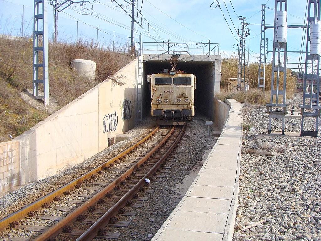 La 269-205 en Martorell circulando por un ferrocarril con ancho ibérico y métrico gracias al tercer carril. Foto: Luis Zamora.