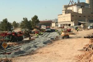 Unidad 592 de Renfe Cercanías circulando por una vía en proceso de renovación. Foto: Colomán García.