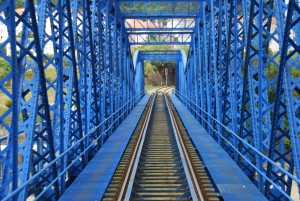 Puente metálico, uno de los elementos más importantes de la infraestructura ferroviaria, pintado con el color azul del GIF.