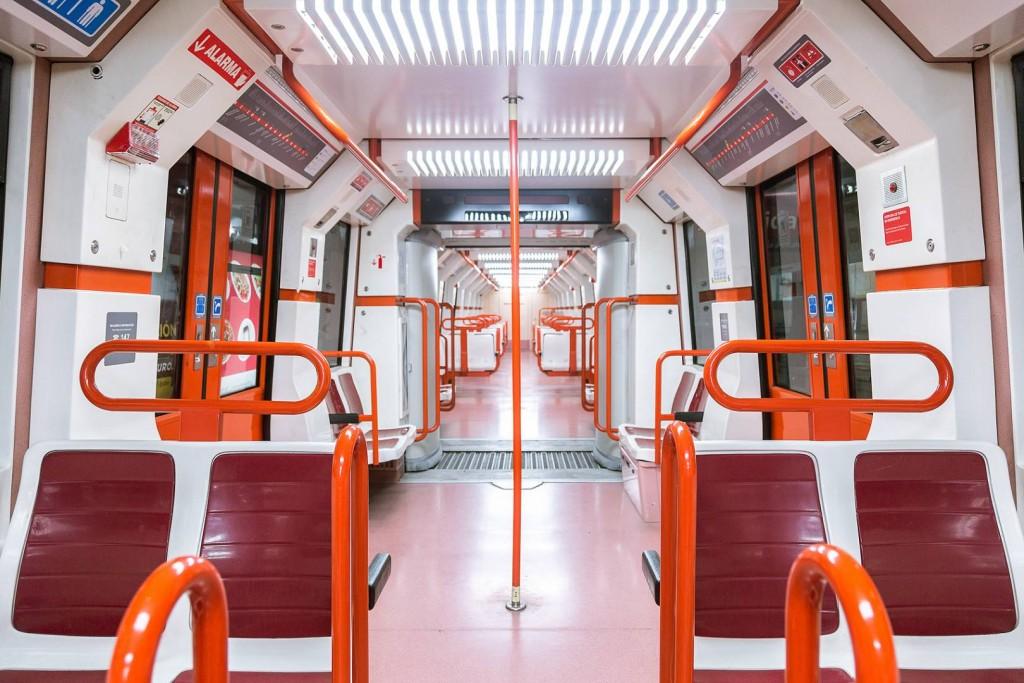En el interior de los trenes se puede comprobar la nueva señalización aplicada por la empresa. Foto cortesía de Sbase.