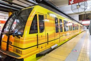 Tren de la serie 6000, con la decoración de los primeros dos coches modificada a la del subte de Buenos Aires, en la línea B. Imagen cortesía de Sbase.