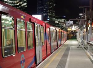 """El DLR tiene intención de """"jubilar"""" a los trenes B92 para incorporar otros más nuevos, con más capacidad y menos consumo y costes de mantenimiento. Foto: Matt Buck."""