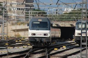 La locomotora 252-058 cruzando una diagonal.
