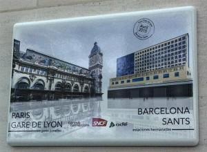 Placa conmemorativa del hermanamiento entre las estaciones de Sants y Gare de Lyon. Foto: Twitter.