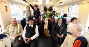Viajeros vestidos de época a bordo de un tren de Renfe en una anterior celebración de Toral en tren. Foto: Diario de Burgos.