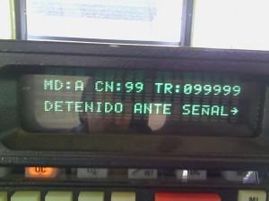 Pantalla de la consola en la que se ve el modo, el canal y el número de tren junto a un mensaje del estado en el que se encuentra el vehículo. Foto: Javier Díaz.