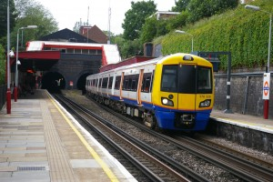 Cargar el teléfono en los enchufes del London Overground puede salir caro. Foto: Hec Tate.