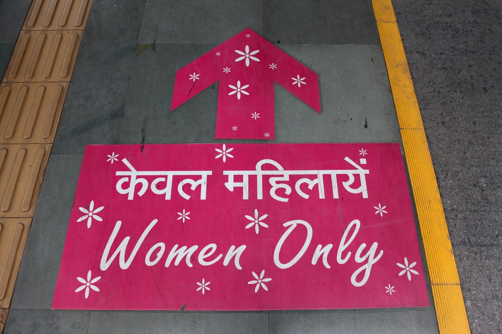 Algunas redes metro del mundo, como la de Nueva Delhi, ya cuentan con coches de viajeros para mujeres. Foto: Chris Brown.