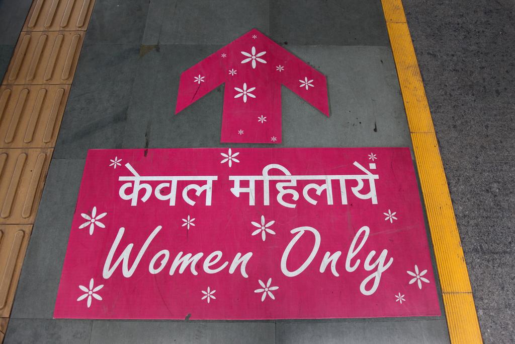 Algunas redes metro del mundo, como la de Nueva Delhi, ya cuentan con coches de viajeros sólo para mujeres. Foto: Chris Brown.