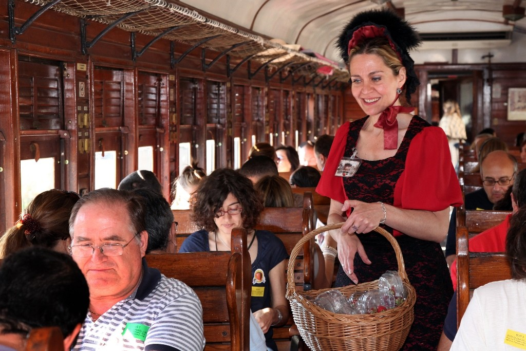 Azafata de época repartiendo fresones en el Tren de la Fresa 2015. Foto cortesía del Museo del Ferrocarril.