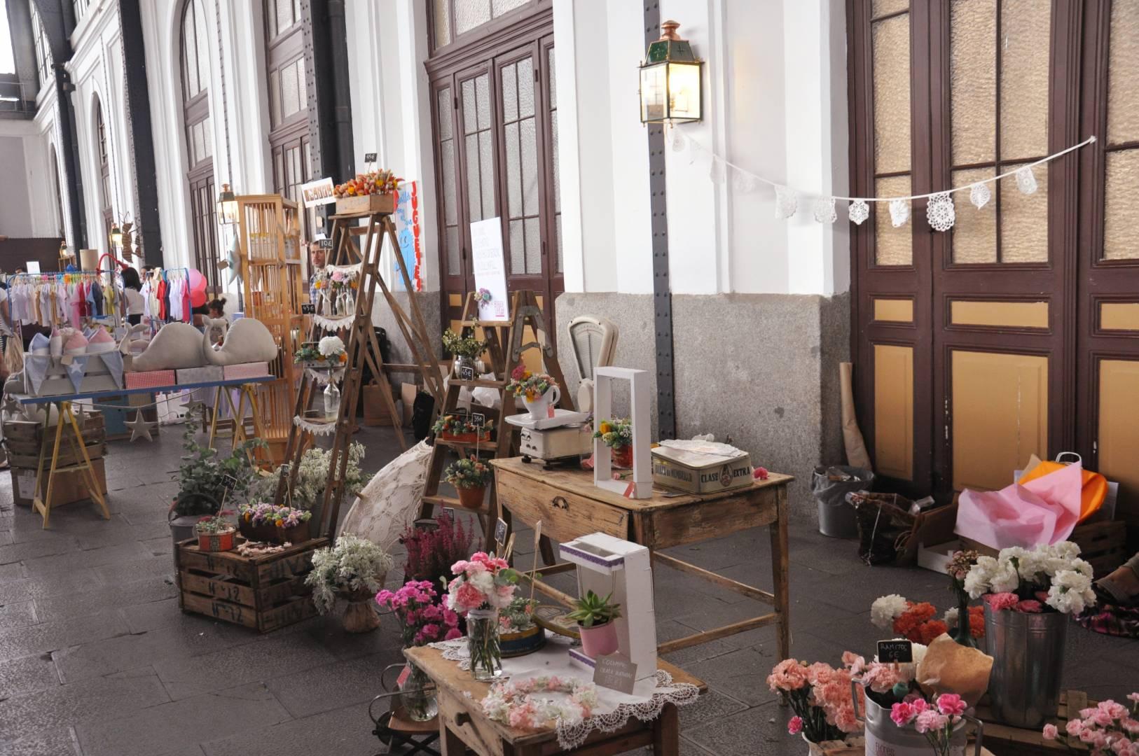 Uno de los puestos de artesanía de una pasada edición del Mercado de Motores en el Museo del Ferrocarril.