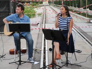El grupo independiente Sonido Índigo tocando en directo sobre las vías de la estación de Delicias en junio de este año.